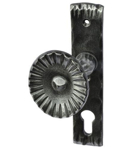 gekröpfter Knopf, fest auf Kurzschild, links-rustikal