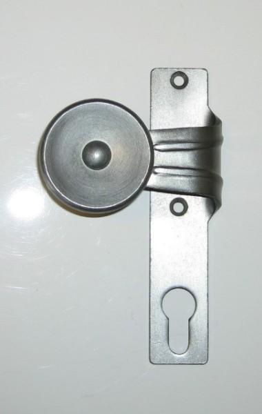 gekröpfter Flachknopf, fest auf KS, links, altdeutsch
