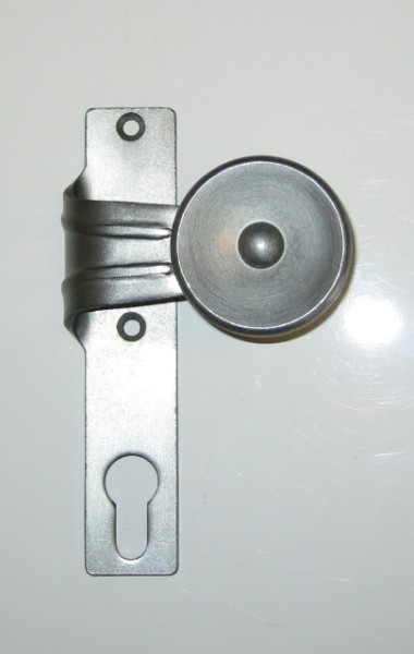 gekröpfter Flachknopf, fest auf KS, rechts, altdeutsch